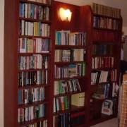 Könyvesszekrény 1